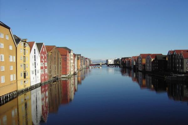 Smittevernoverlege Eli Sagvik bekrefter at en mann i 40-årene har fått påvist coronaviruset i Trondheim