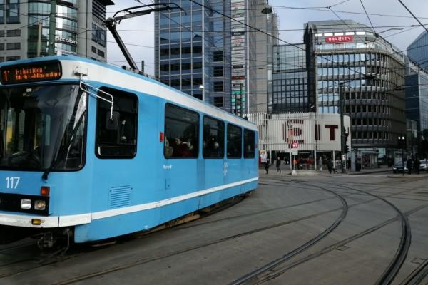 Sporveien i Oslo besluttet onsdag at alle dørene forrest på trikkene, skal stenges, for å beskytte trikkeførerne mot koronasmitte