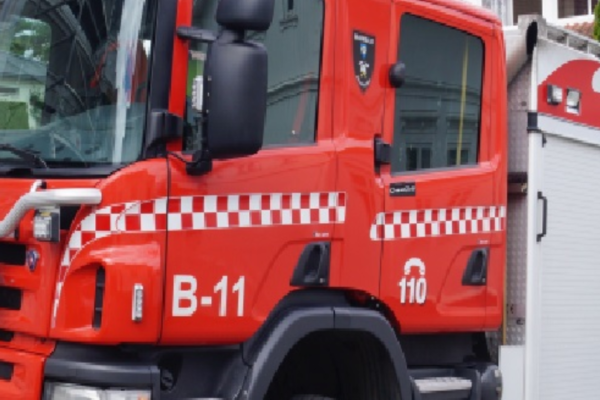 En person er funnet omkommet etter brann i et bolighus.Politiet fikk melding om brannen klokka 05.17 søndag morgen