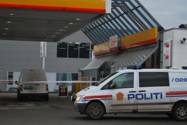 En mann (21) voldtok en kvinne på bensinstasjonen. Nå er han løslatt på grunn av coronavirus. Mannen må oppholde seg på bestemt  sted og har meldeplikt