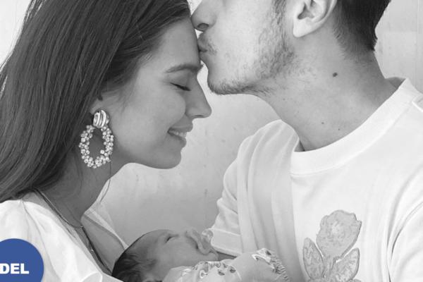 Arsenal-stjernen Mesut Özil (31) og kona Amine Gülşe Özil (26) har blitt foreldre for første gang.Mandag kveld ble nyheten avslørte på Instagram
