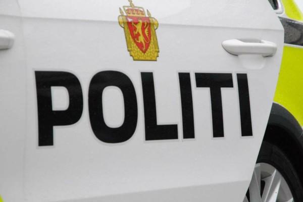 Et par som satt inne i en bil fredag kveld ble ranet av to ungdommer. Politiet ønsker tips fra vitner