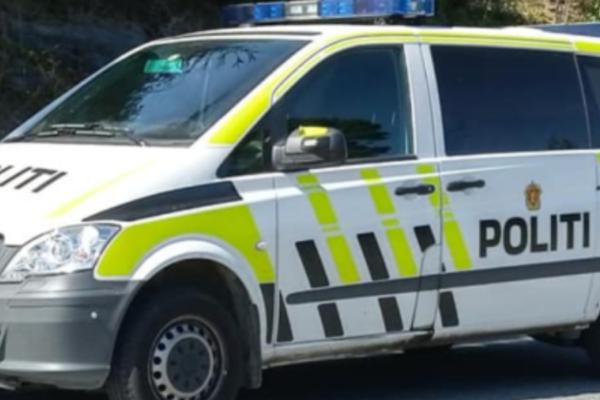 En 26 år gammel mann er bekreftet død etter en biljakt.Før mannen ble funnet død hadde han skutt mot politiet
