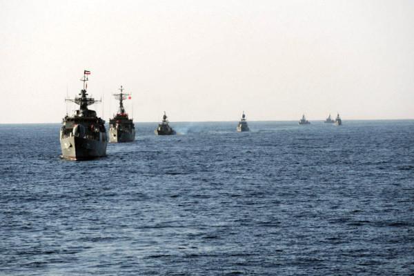et iransk militærfartøy ved en feiltakelse avfyrte et missil mot et annet marinefartøy søndag kveld
