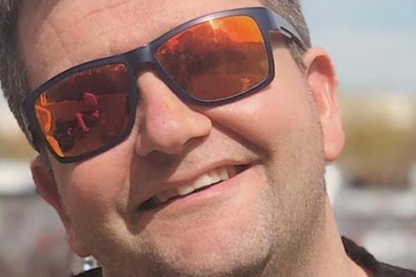 Alexander Heggland (41) døde av coronaviruset på lørdag. Nå går søstera ut og advarer om at folk i risikogruppa må passe seg