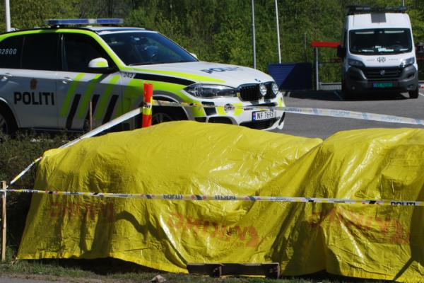 En ung jente ble funnet i en hekk. Politiet har sperret av et området utenfor en Spar-buttikk i Telemark