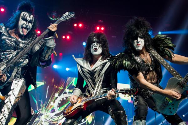 Produsent og tidvis studiogitarist i rockebandet Kiss, Bob Kulick, er død. Broren hans, også tidligere Kiss-gitarist, Bruce Kulick, bekrefter dødsfallet