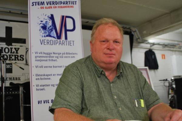 Leder i VerdiPartiet, Kjartan Mogen (56), må møte i retten. Lokalpolitikeren er tiltalt for trussel mot en offentlig tjenestemann