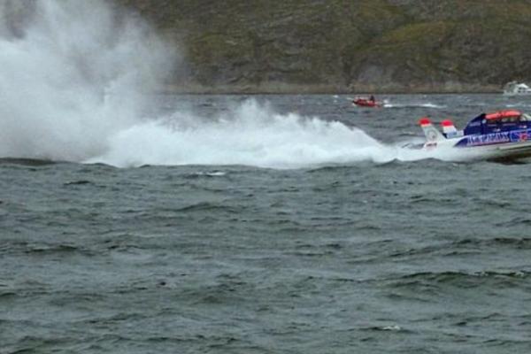 En mann i 30-årene måtte hoppe til vanns da speedbåten tok fyr på fjorden