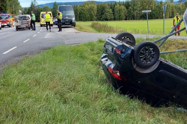 Bil havnet på taket – en fikk  førerkortet beslaglagt