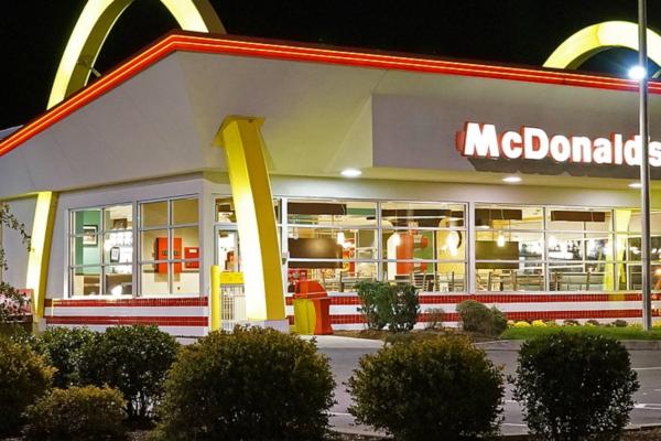 Gjerningsmann med munnbund ranet McDonald's med kniv