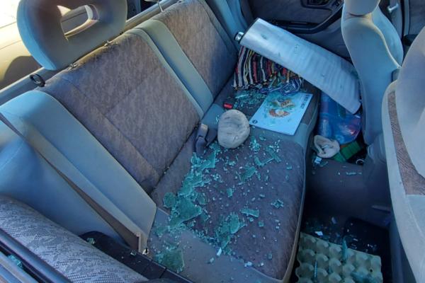 Eldre dame fikk stor stein gjennom bilruten – jeg har ingen uvenner