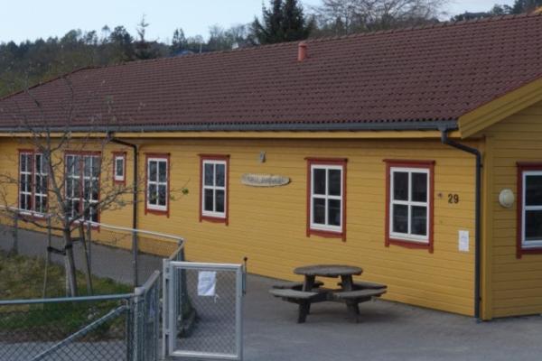 Fire vinduer er knust i barnehagen