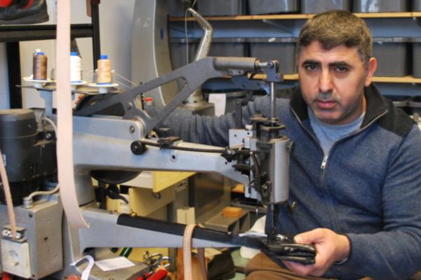 Rømte fra krig og elendighet – nå jobber Ismail (45) som skomaker i Norge