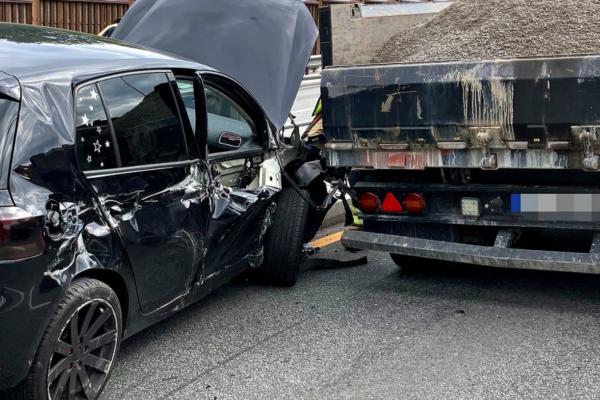 Ulykke mellom traktor og personbil  – store materielle skader