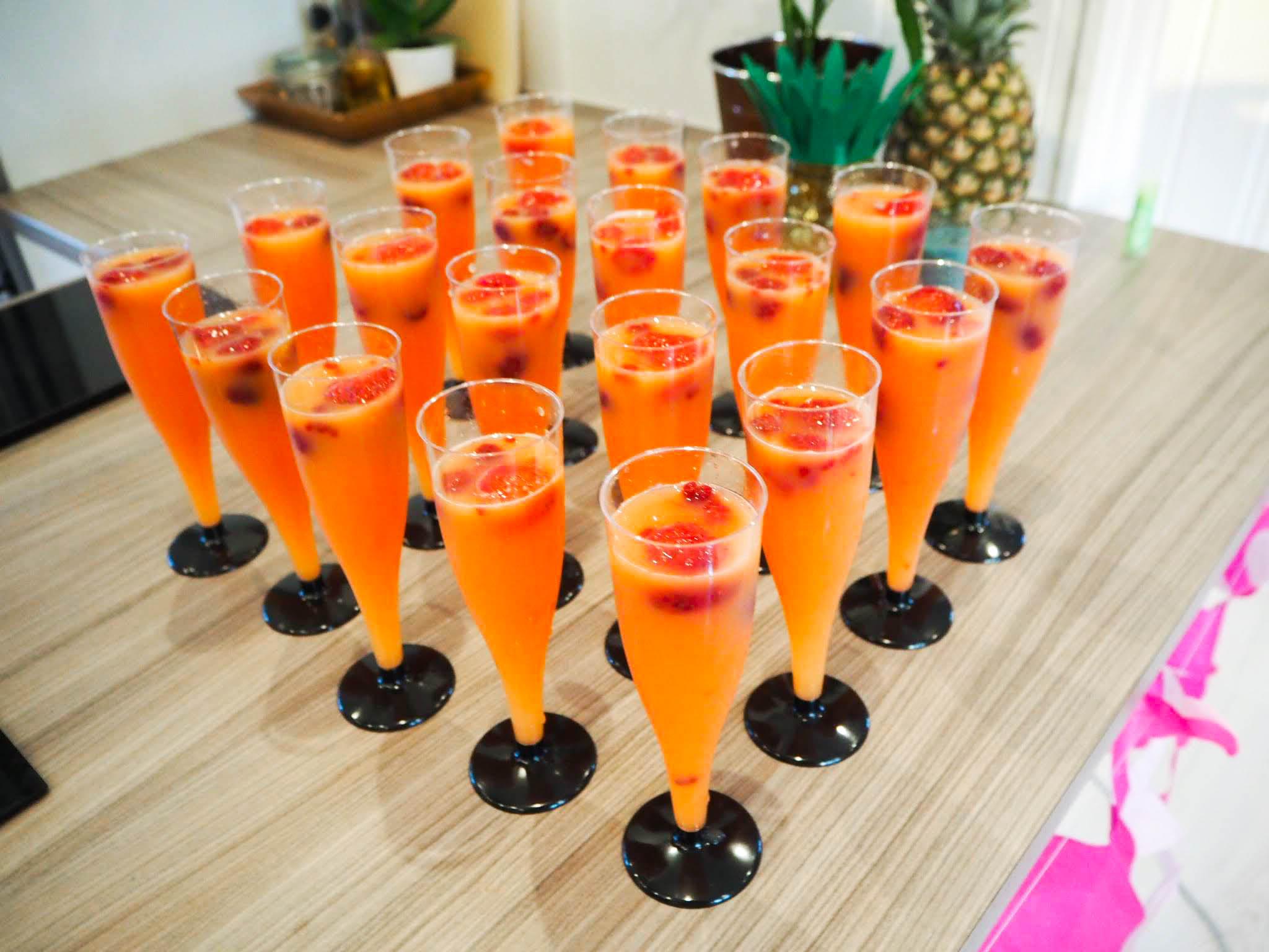 Sommerdrink med appelsinjuice cava og bær