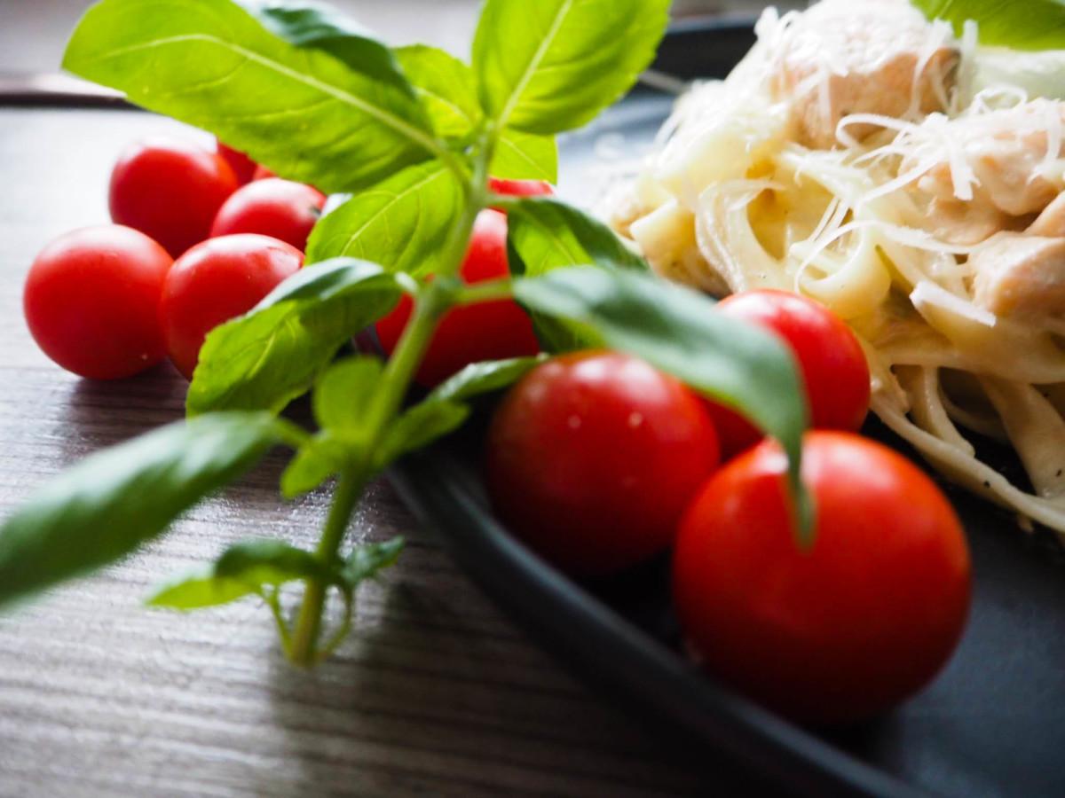 Bilde av basilikum og tomat