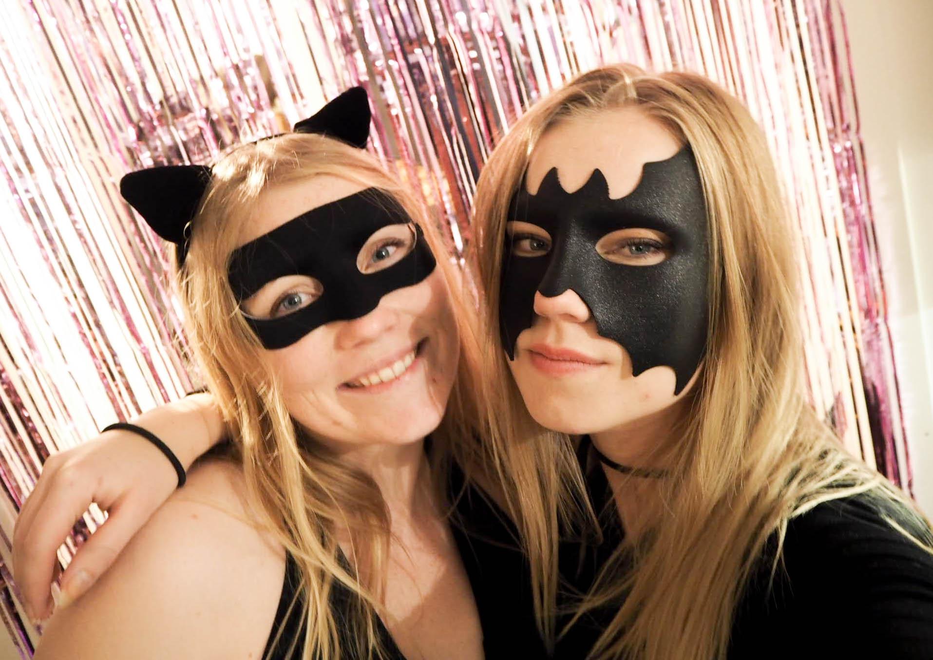 Bilde av kattekostyme og batmankostyme