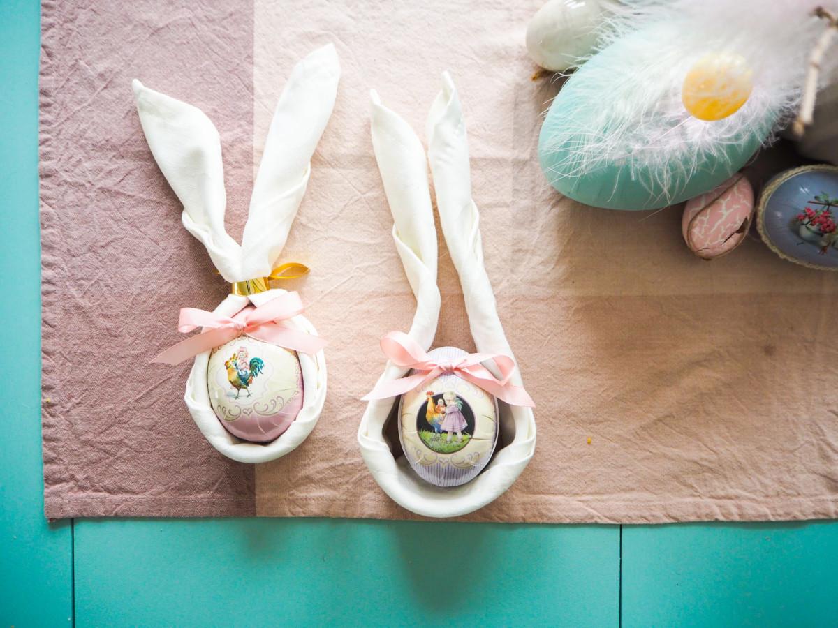 Legg et påskeegg på midten av servietten og brett den rundt egget
