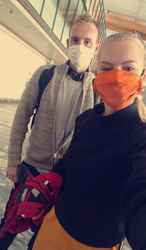 Ansiktsmaske på flyplass
