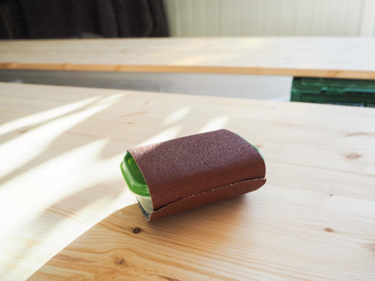Sandpapir ligger på hobbyplate