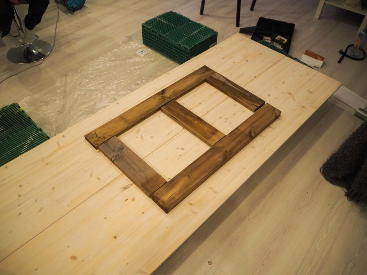 Det er bygd en ramme på hobbyplaten. Tre korte planter på tvers og to lange på langs