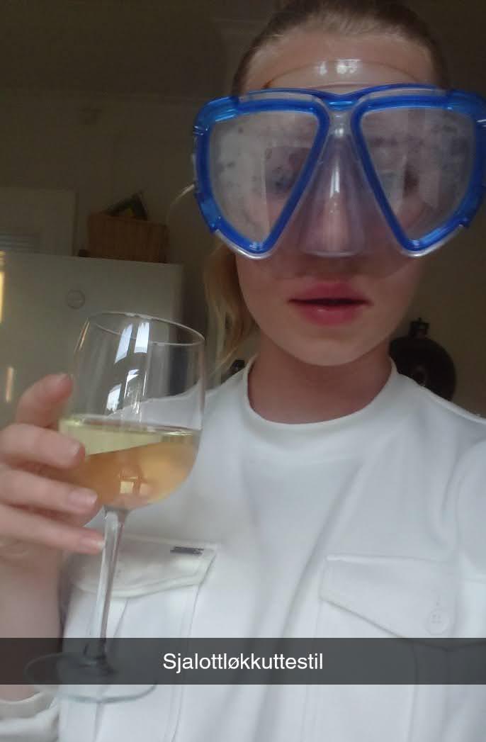 Bilde av meg med dykkemaske og vinglass mens jeg kutter sjalottløk