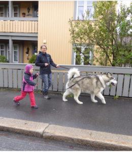 áhkku og Leonora på tur med Storm