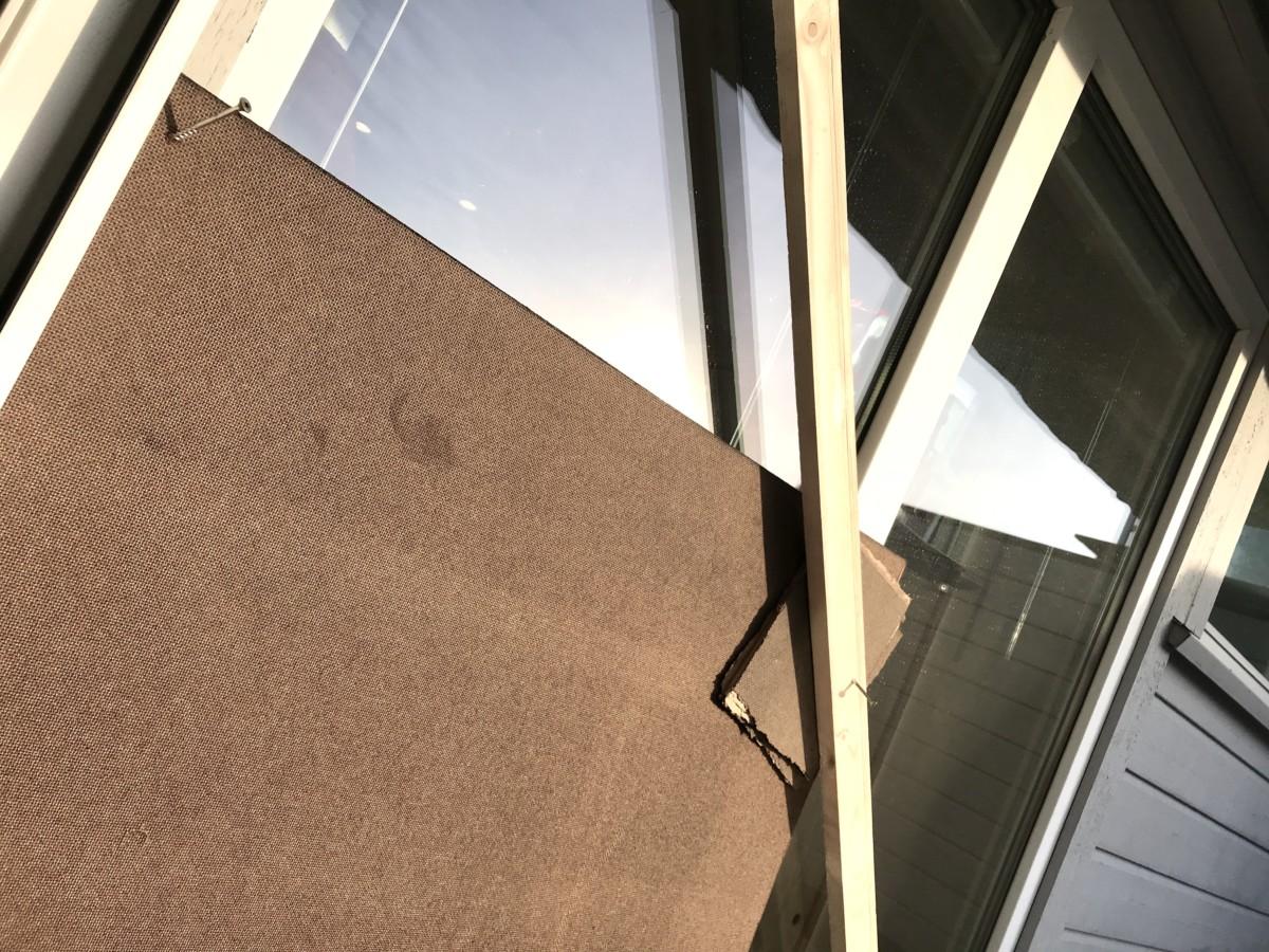 Viser vindu med planker og papp over