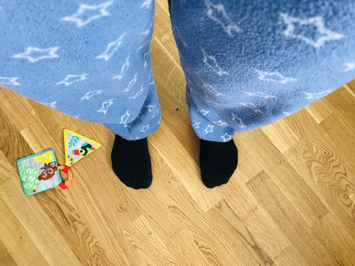 illustrasjon hjemmekontor pysjamas på jobb