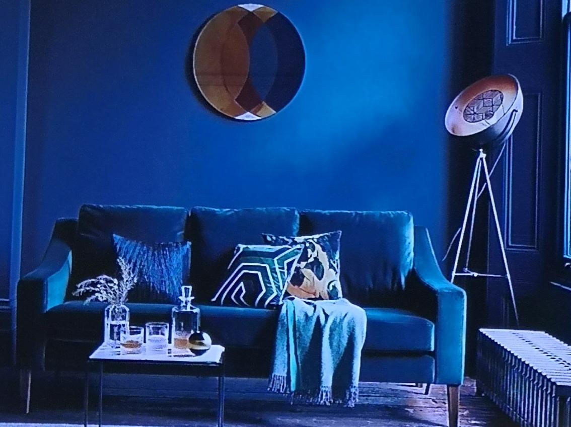 c401340d Blå kan være en kald farge men også en varm farge dersom du har gul ved  siden av eller i møblene. Lyset gjør at blåfargen får et grønn skjær.
