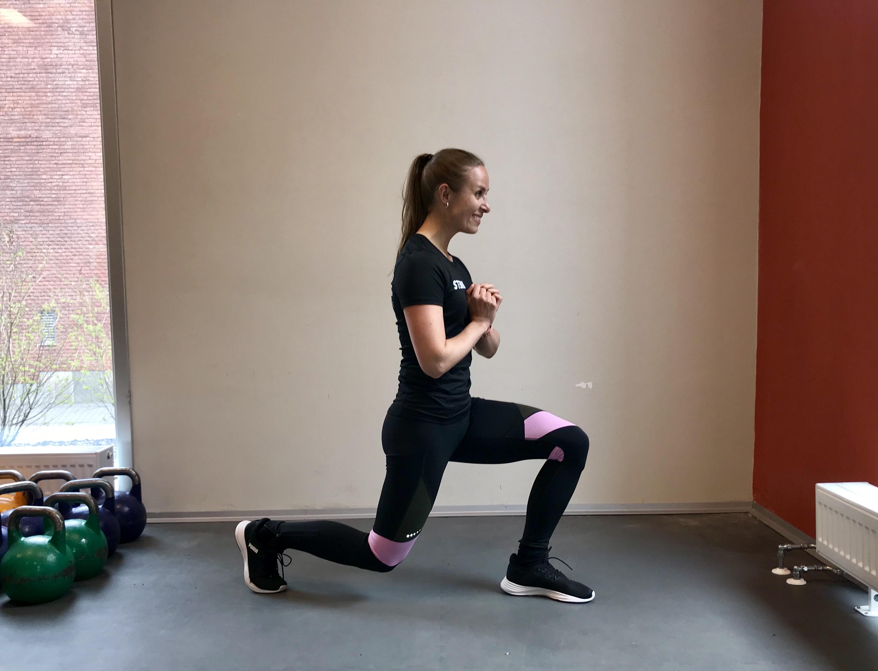 2440e3e9 Du trener: Bryst, fremside skulder, triceps og kjerne. Slik gjør du: Stå i  plankeposisjon på tær eller med knærne i gulvet. Håndflatene skal være  plassert ...