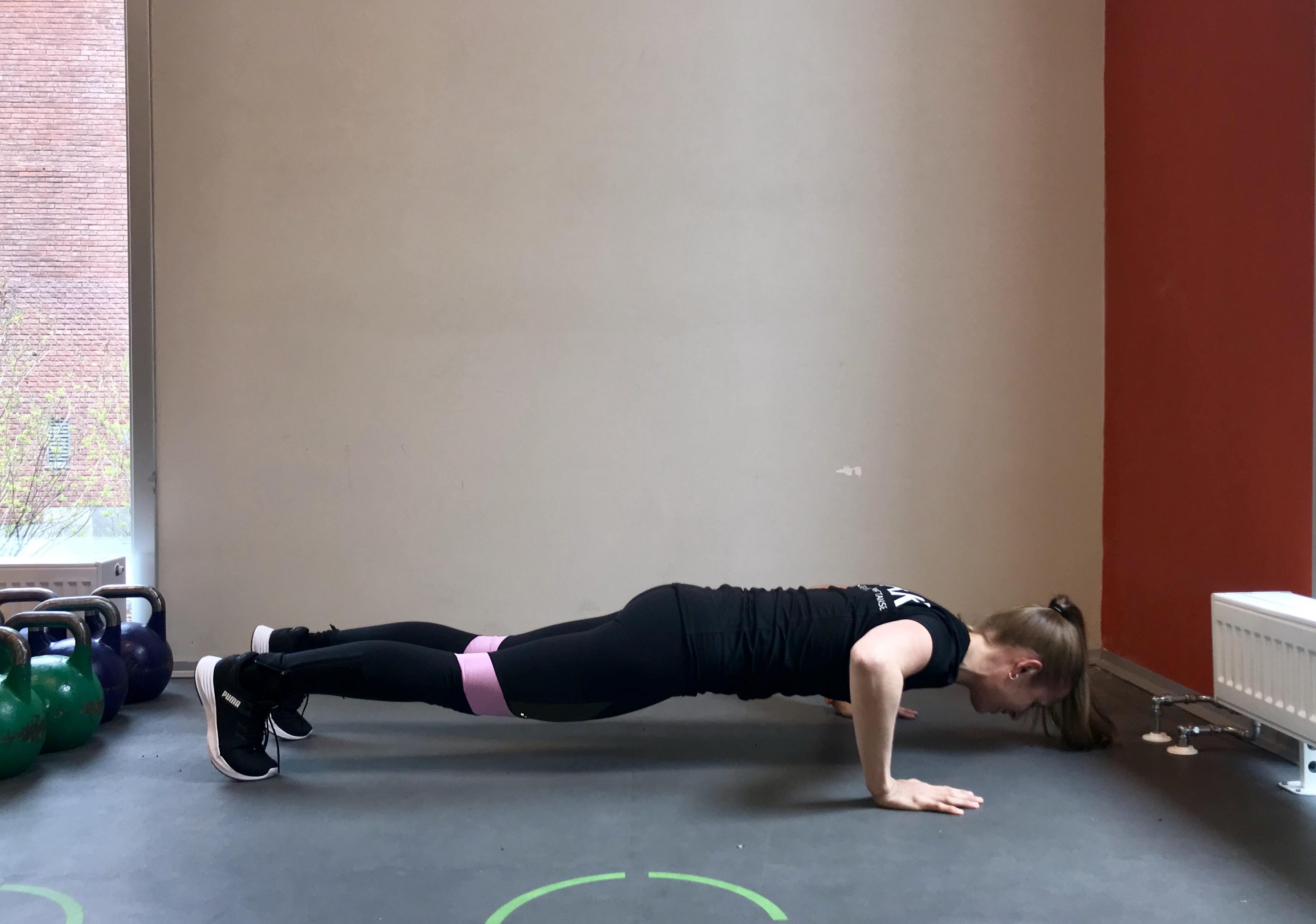 9f428db7 Du trener: Hovedsakelig kjerne. Slik gjør du: Legg deg ned på ryggen med  armene langs siden og løft opp beina. Press korsryggen ned i gulvet og  kjenn at du ...