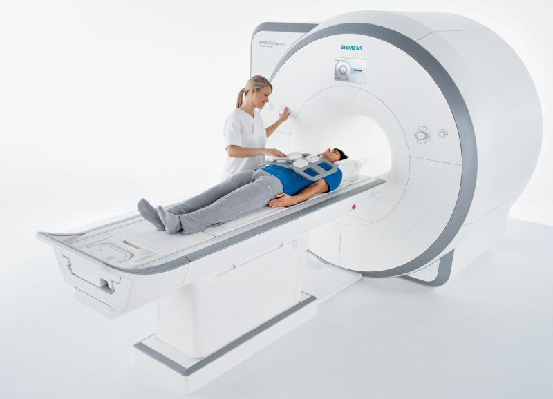Mit dem Magnetresonanztomografen (MRT) Magnetom Spectra vergrößert Siemens Healthcare sein Produktportfolio im 3-Tesla-Bereich. Der neue Scanner zeichnet sich durch hervorragende Bildgebung und niedrigere Gesamtbetriebskosten im Vergleich zu herkömmlichen Geräten dieser Klasse aus. Mit einem sehr attraktiven Einstiegspreis erleichtert Magnetom Spectra Krankenhäusern und niedergelassenen Radiologen den Zugang zur 3-Tesla-Technologie. Deren Vorzüge sind exzellente Bildqualität und schnelle Untersuchungszeiten. Um diese Vorteile effizient nutzen zu können, ist der neue Scanner mit Technologien ausgestattet, die den Ablauf von MR-Untersuchungen vereinfachen. Erhältlich ist er ab der zweiten Jahreshälfte 2012. Die Verbreiterung der Angebotspalette an wirtschaftlichen Systemen ist Teil der Agenda 2013, einer Initiative von Siemens Healthcare zur Steigerung der Wettbewerbsfähigkeit.  With the introduction of the Magnetom Spectra magnetic resonance imaging (MRI) system, Siemens Healthcare is expanding its 3-tesla product portfolio. The new scanner is characterized by both, premium imaging and a reduced total cost of ownership (TCO) compared to common scanners in this product range. Due to Magnetom Spectra's very attractive price it eases access to the 3-tesla technology for hospitals and radiological institutes. Excellent image quality and fast scan times are the benefits of 3-tesla imaging technology. In order to use these advantages, the new scanner is equipped with technologies designed to ensure efficient and easy operation. It will be available on the market in the second half of 2012. The expanded offering of cost-optimized systems is part of Agenda 2013, an initiative of Siemens Healthcare aimed at bolstering its competitiveness.