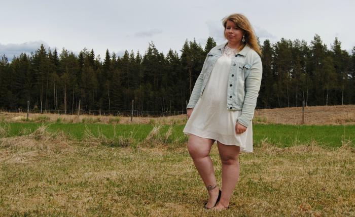 413f6a81 Olajakke – Vero Moda // Kjole – H&M // Ballerinasko – H&M // Øredobber –  BikBok