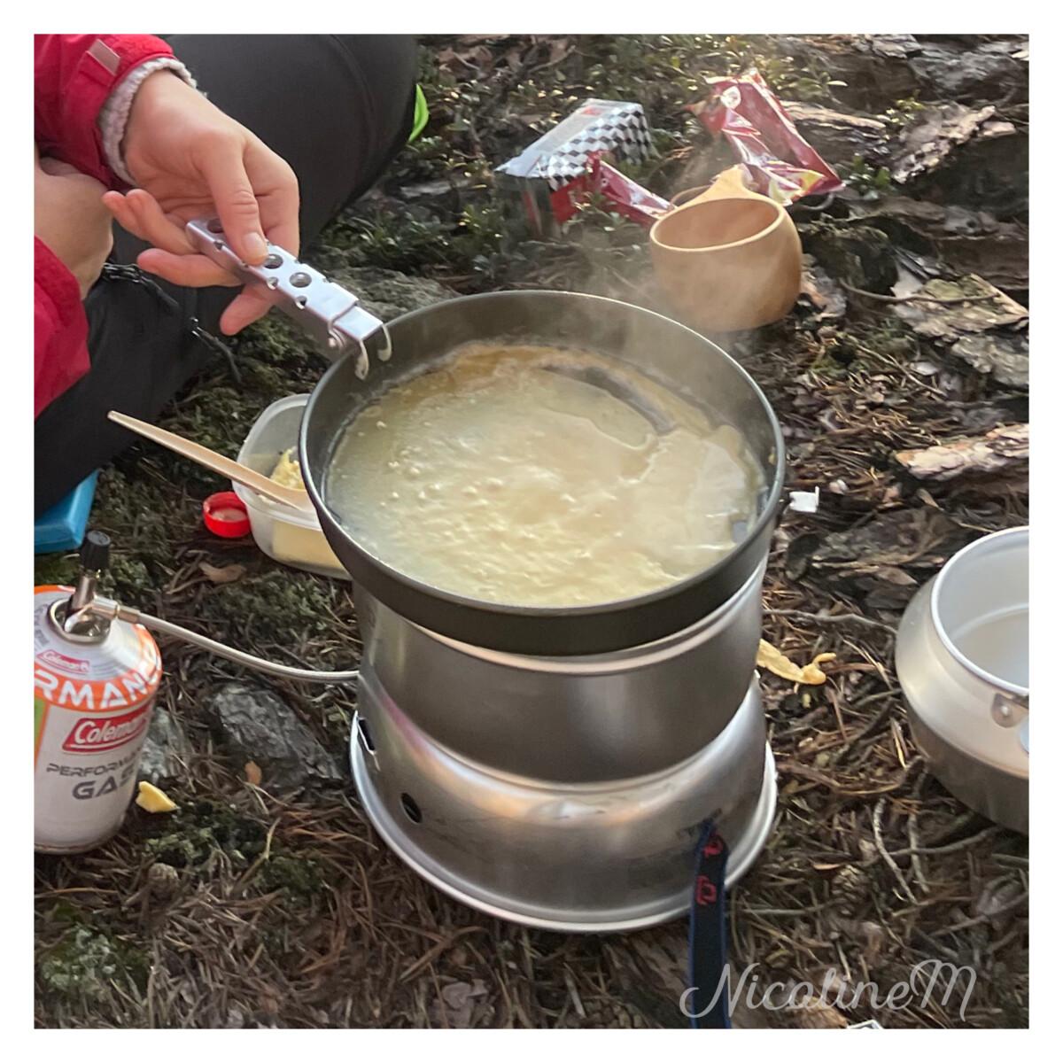 Pannekaker stekes på primusen