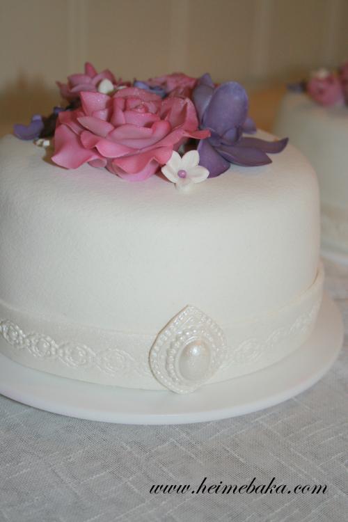 Bryllupskake med roser og orkidè