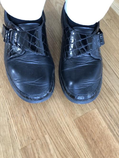 Brede, fornuftige sko på grunn av tåbrudd