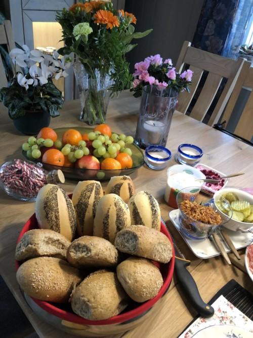 Rene festbordet med mat og blomster
