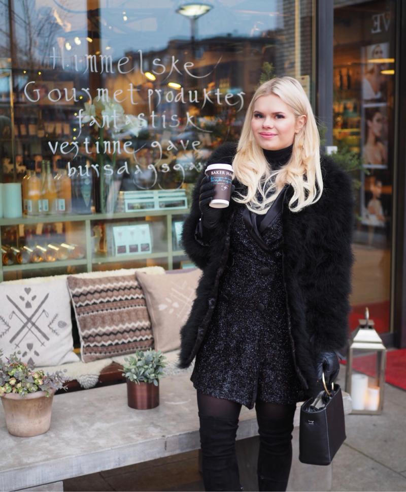 Hjemme med familien er hun en pakistansk datter, mens ute med venner er hun en vanlig norsk ungdomsjente.