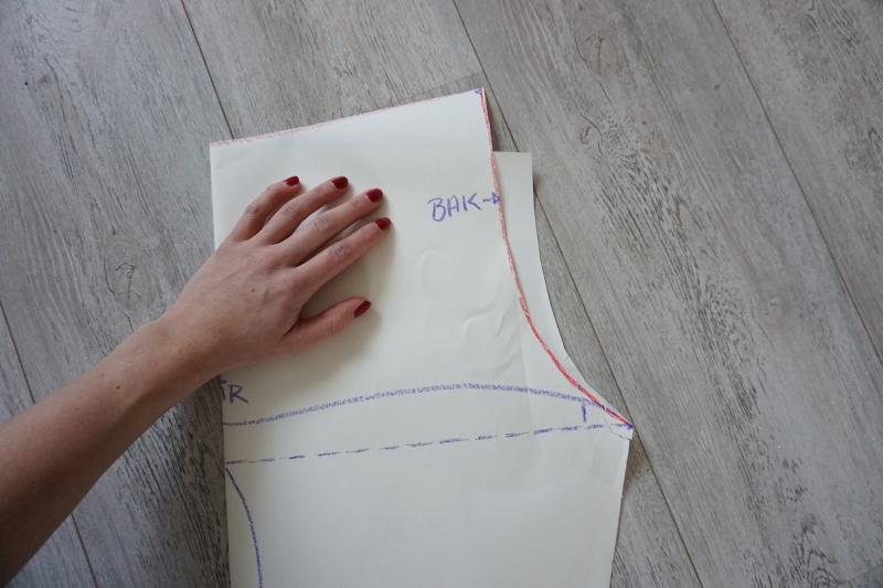 d7c54476 Jeg delte mønsteret mitt i to før jeg klipte du stoffdeler, dette gjør du  om du ønsker å ha lommer. Legg det ferdigvaska stoffet dobbelt og klipp ut  delene.