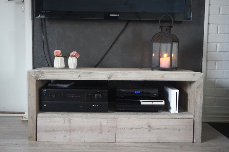 Montere TV-bordet og kombinere det med TV-veggen