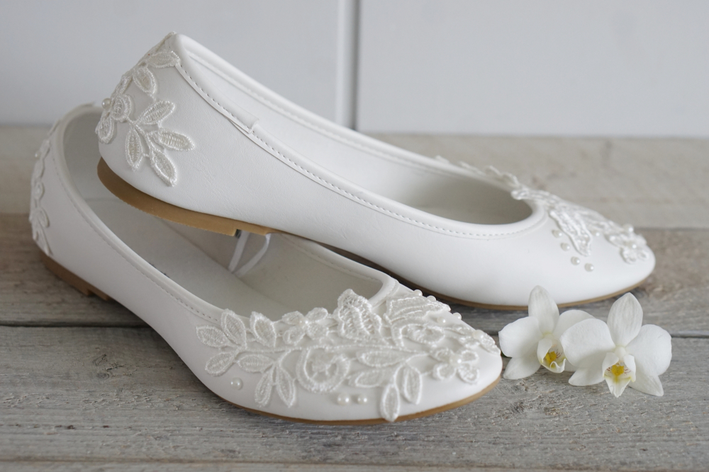 0557c2a5 Så med noe så enkelt som blonder, lim og perler er skoene mine ulik noen  andres, helt unike og, viktigst av alt: med et persolig touch!