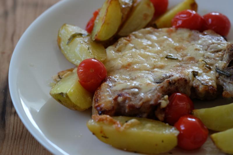 Koteletter i potet -og tomatform