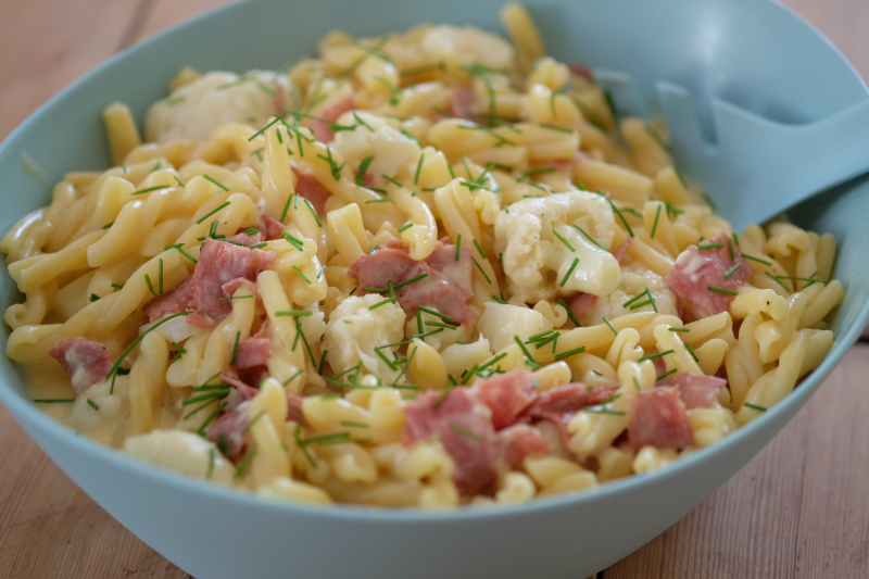 Mac 'n' cheese med blomkål og salami