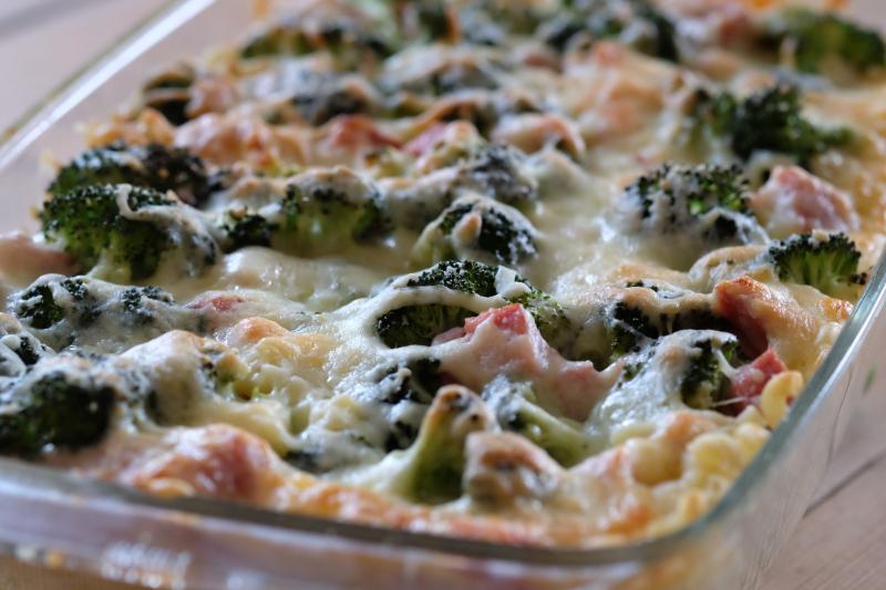 Makaronigrateng med skinke og brokkoli