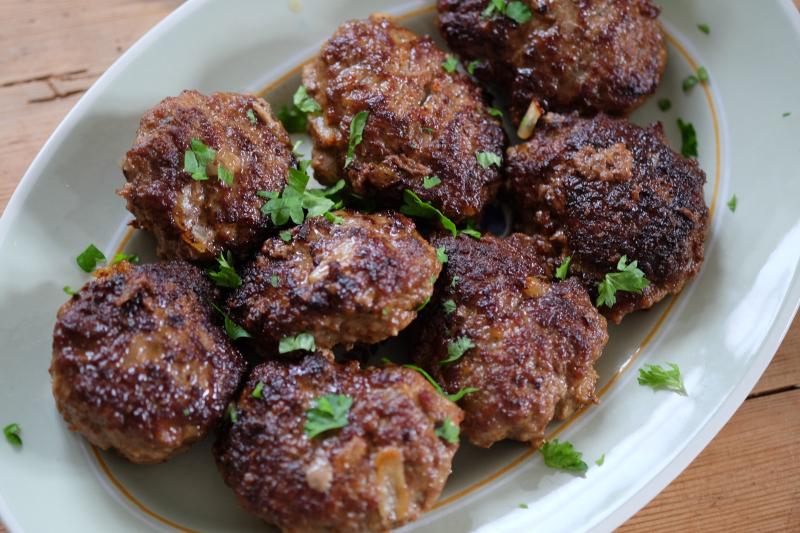 Kjøttkaker med rask ertestuing