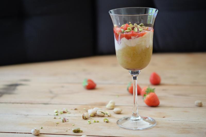 Jordbær- og rabarbratrifle
