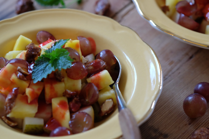 Fruktsalat med brente mandler og bringebærsirup