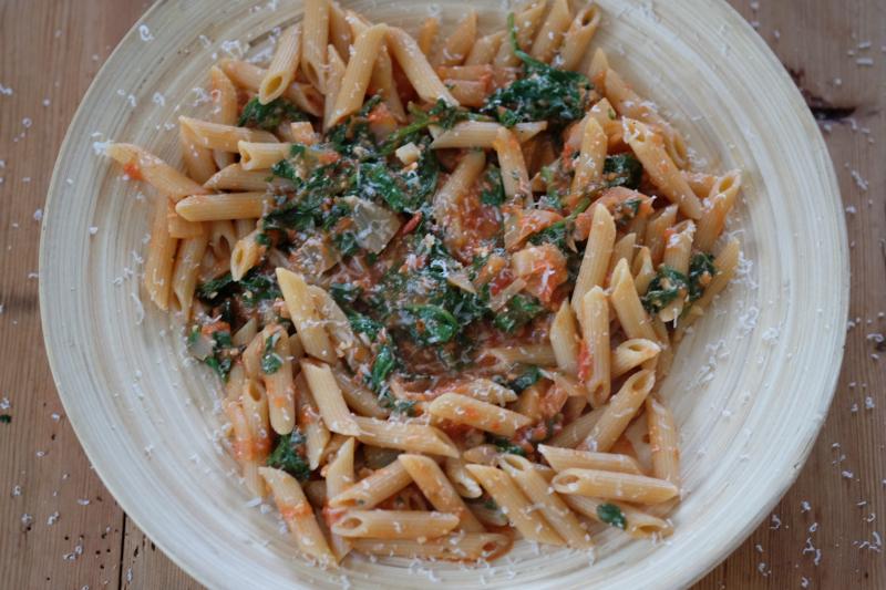 Pasta med tomat og spinat